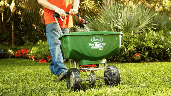 how to choose the lawn spreaders